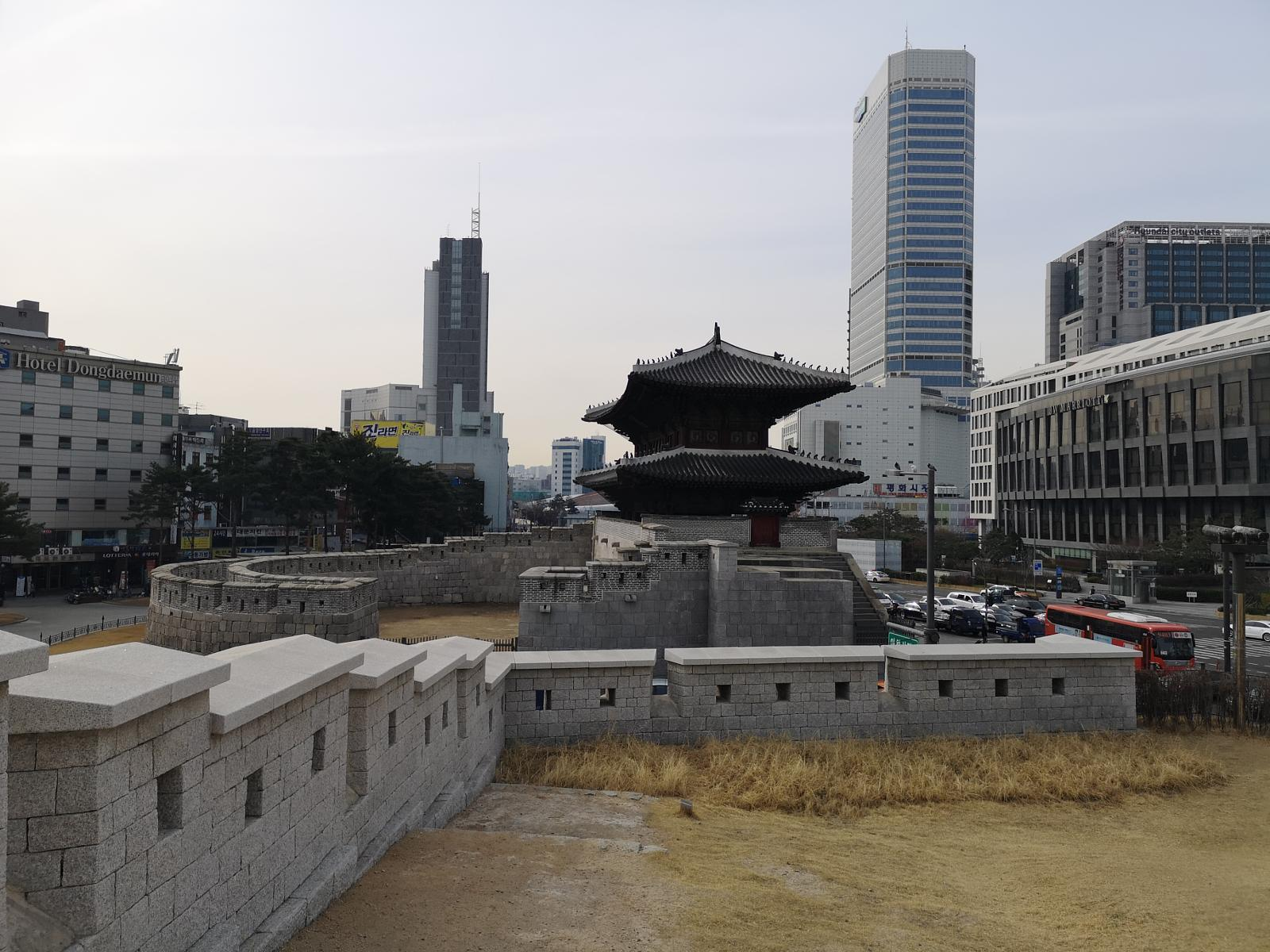 Foto di Seoul: From Dongdaemun across the Parlament Area to the Ingwangsan (Mountain)