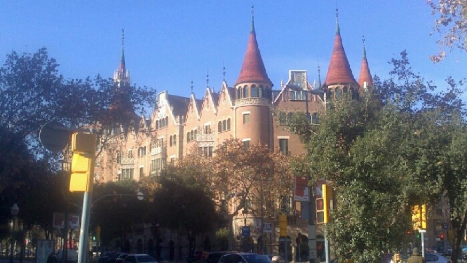 Photo of URBAN TRAIL IN BARCELONA: WALK AND ENJOY THE GAUDÍ'S ARCHITECTURE